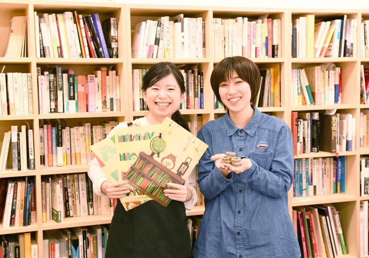 絵柄をデザインしたマスキングテープを手にする横田さん(右)と髙木さん(左)