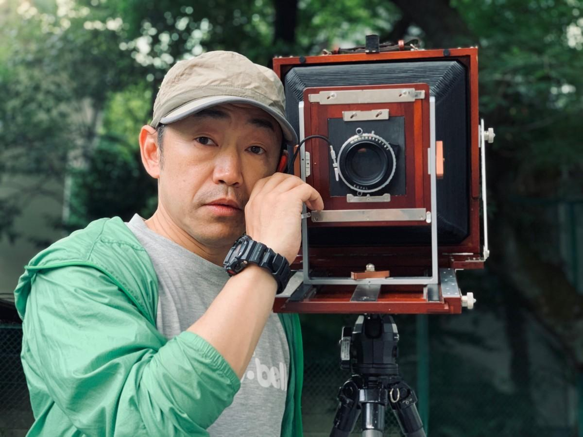 「8×10(エイトバイテン)」と呼ばれる大判カメラで撮影する石井正則さん