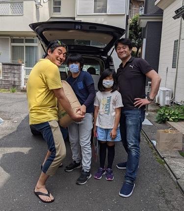 お裾分けされた米を受け取る西本さん(左端)