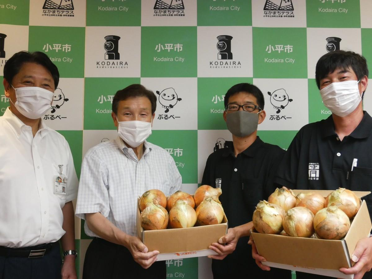 (右から)タマネギ生産者の久米さん、川里さん、小林正則市長