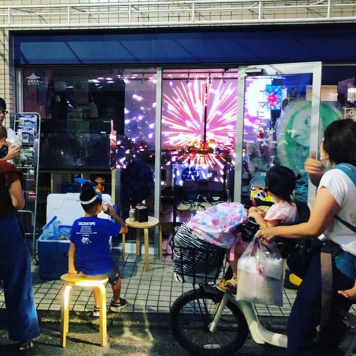 プロジェクターで駄菓子店内に投影した「バーチャル花火」