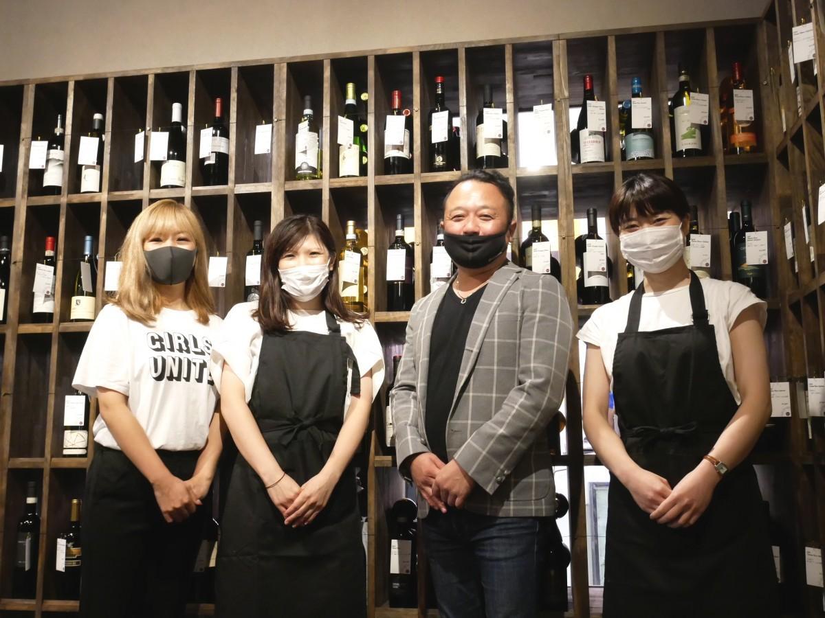 右から店長の内村さん、社長の川上さん、スタッフの小嶋さん、広報の古川さん
