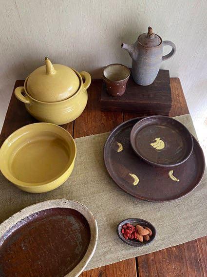 ぬくもりのある陶器には、バナナなどの柄をあしらった物も