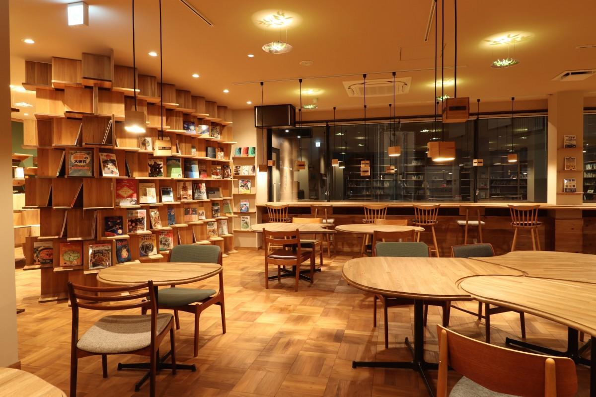 天井までの本棚が目を引くカフェエリア