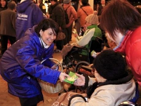 自社商品をボランティアで配布するネスレ日本のボランティア