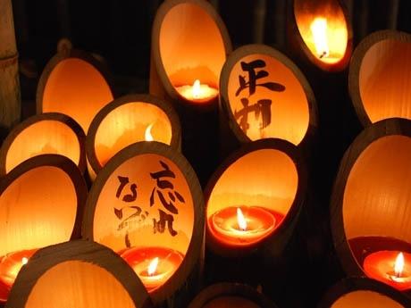 竹とうろうには「平和」「忘れないぞ」などさまざまなメッセージが書き込まれた