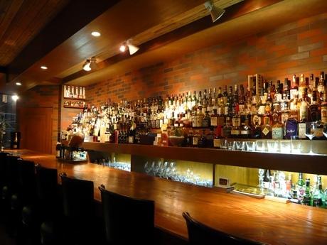 店内には焼酎、日本酒も含めさまざまな種類の酒が並ぶ