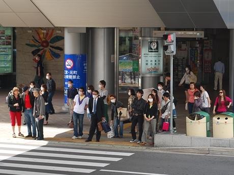 マスク姿の人が目立つJR三ノ宮駅南側