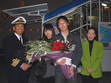 プロポーズプラン成功250組目となった藤田さん、林さんカップル(中央)