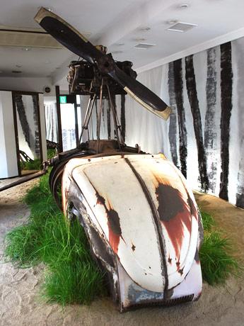 1階の空き店舗に展示した國府理さんと宮崎みよしさんのコラボレーション作品
