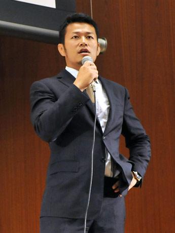 講演を行う須藤元気さん
