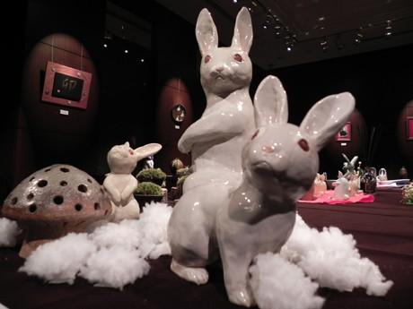 ウサギをモチーフにした陶芸作品が並ぶ