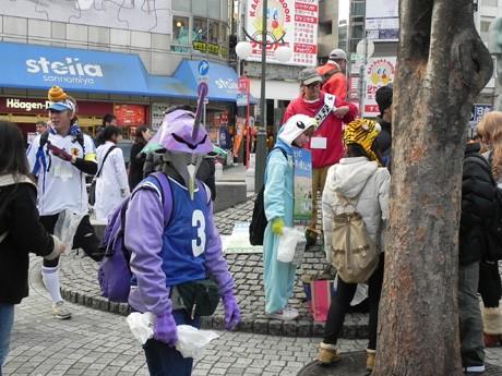 人気アニメの仮装をする人やカラフルでユニークなかぶりものを着けた人が集まった