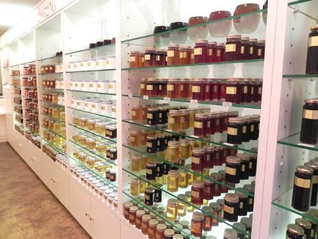 店内には、国産と海外の蜂蜜約40種類が並ぶ