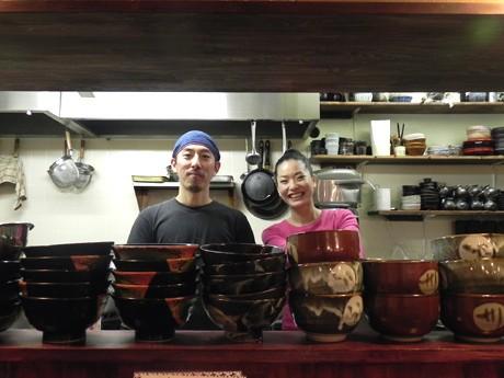 オーナーの北川貴志さんと妻・友美さんが笑顔で手打ちうどんを振る舞う