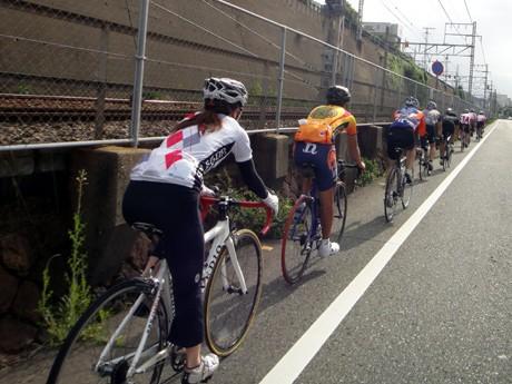 「合力日本チャリティーリレー」で走行する参加者ら