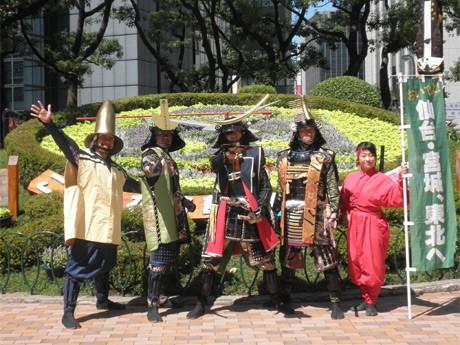 花時計で記念撮影に応じる奥州・仙台おもてなし集団「伊達武将隊」