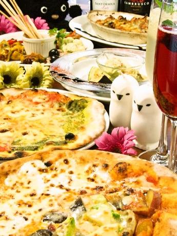 野菜を練り込んだ特製生地を石窯で一気に焼き上げるピザ