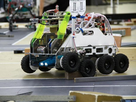 第10回、ベストロボット賞のチーム「SHIRASAGI」(兵庫県立大学 ロボット研究会)2号機「八起」