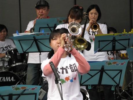 兵庫県マスコットキャラ「はばタン」の作者・JUNBOwさんデザインのTシャツで熱演