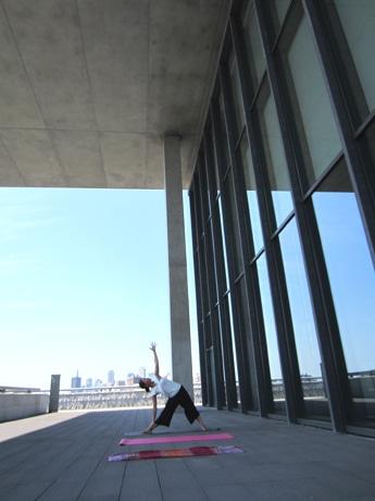 兵庫県立美術館の敷地内にある「大ひさし」の下でヨガをするChisaさん