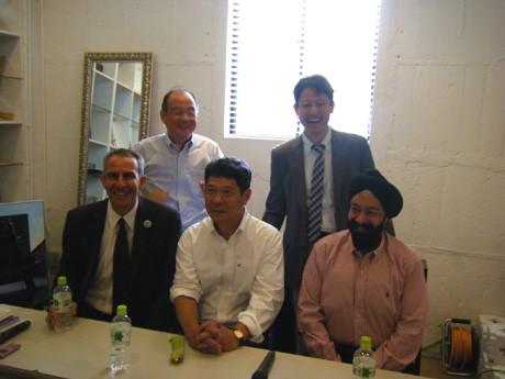 事務局の吉川公二さん(右上)と国際都市・神戸を代表する多彩な面々