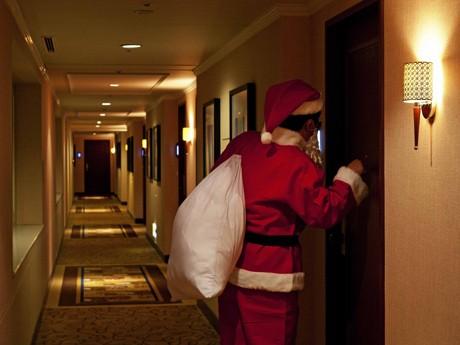 サンタクロースに扮(ふん)したスタッフがプレゼントを持って部屋を訪問