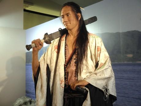 腕の産毛まで再現された主役の松山ケンイチさん等身大フィギュア(ドラマ館)