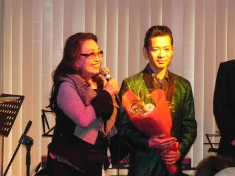 審査委員長の湯川れい子さんと優勝したチャーリーニーシオさん