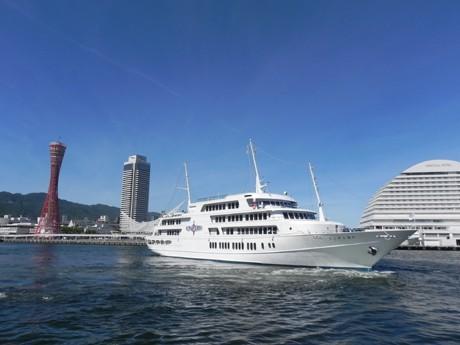 神戸ハーバーランド高浜岸壁から出航するミュージック・グルメ船「神戸コンチェルト」