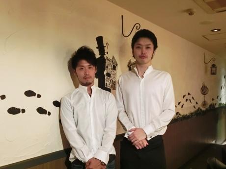 奥本亘代表(左)と店主の松山秀樹さん(右)
