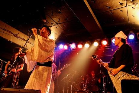 浴衣姿で熱唱する富士通テン軽音楽部員