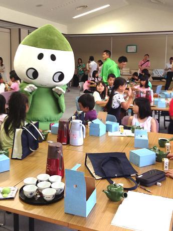 「こいまろのお茶育教室」の訪問を希望する兵庫県内の団体を募集している