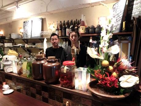 小林光寛店長(右)と花畑史明料理長(左)