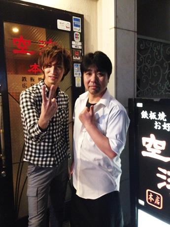 店主の植木寛太さん(右)とシンガー・ソングライターのアダチケンゴさん(左)