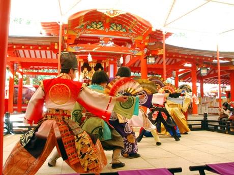 生田神社境内で演舞奉納する神戸・清盛隊