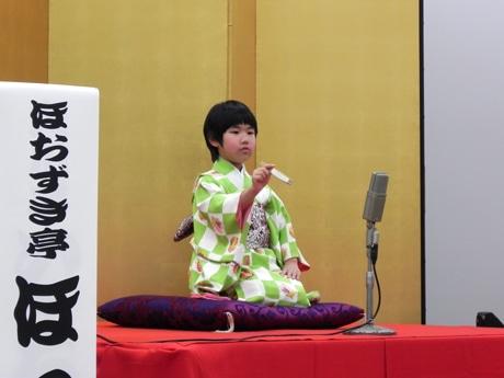 予選会で高座を披露する落語姉妹の妹・ほおずき亭ほっぺちゃん(6)