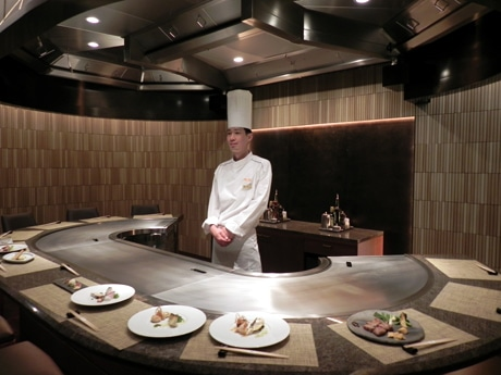 個室の鉄板カウンターに立つ細川茂雄料理長