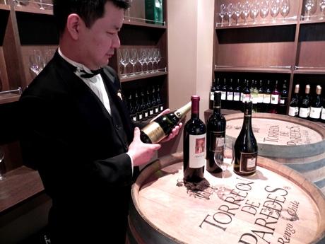ワインの知識豊富なソムリエとワインアドバイザーがアテンドする