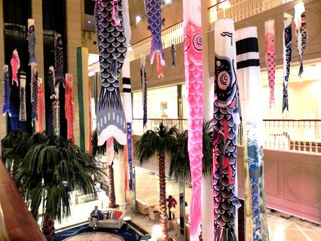 同ホテルロビー中央アトリウムスペースに飾られたこいのぼり