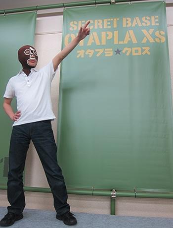 「ニコ生」貸しスタジオをバックに店長のMr.Xs氏