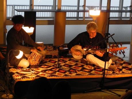 演奏するデイヴィッド・トラソフさんと中尾幸介さん