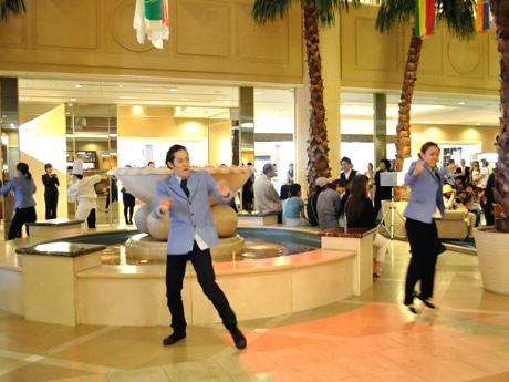 突然ホテルスタッフに扮したダンサーが踊り出し、ロビーが華やかに