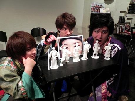「平家フィギュア」を眺める神戸・清盛隊(左から平敦盛、宗盛、重衡)