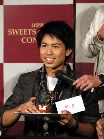 食レポをする初の神戸出身者「甘党男子」の裕之さん
