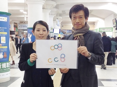 イベントロゴと発起人の村上豪英さん(右)
