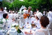 神戸・三宮の都市公園で白ずくめのパーティー ホワイトディナー初開催