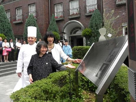 記念モニュメントを紹介する中西テツさん(中央)、浅木隆子さん(右)、山口浩さん(左)