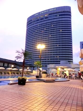 神戸ポートピアホテル南館4階の屋外プールサイドの様子