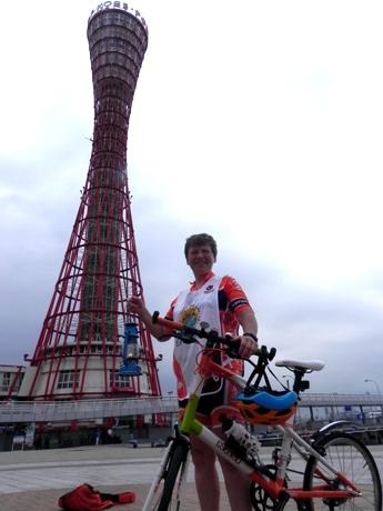 「ピースサイクリング」のメーンサイクラーであるスーザン・エディさんが「神戸ポートタワー」を出発